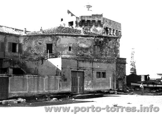 a Torre vista dal retro della vecchia capitaneria